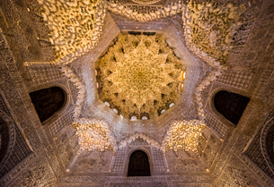 二姉妹の間の繊細な鍾乳石飾りの天井を見上げるの写真素材 [FYI02739178]