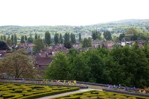オーヴェル・シュル・オワーズ城の庭園とオーヴェルの街の写真素材 [FYI02739186]