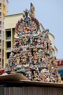シンガポール スリ・ビーラマカリアマン寺院のゴープラムの写真素材 [FYI02739203]