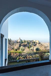 アーチ窓よりサンタマリア教会を望むの写真素材 [FYI02739247]
