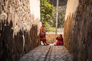 オリャンタイタンボ村の先住民ケチュア族と石畳の写真素材 [FYI02739279]