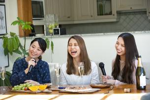 家でカラオケパーティをしている女性たちの写真素材 [FYI02739397]