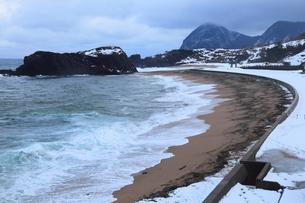 雪景色の立岩の写真素材 [FYI02739446]