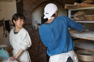 パンの生地を作る20代職人夫婦の写真素材 [FYI02739473]