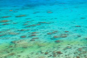 慶良間諸島,渡嘉敷島,クバンダキ展望台から望む海とカヌーの写真素材 [FYI02739515]
