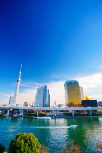 東京スカイツリーとアサヒビールタワーと隅田川とファスナーの船の写真素材 [FYI02739576]