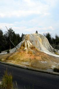 イエローストーン国立公園のマンモスカントリーのアッパーテラスのオレンジスプリングマウンドの写真素材 [FYI02739583]