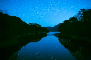 聖湖畔より満天の星の写真素材 [FYI02739589]