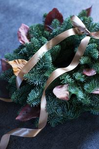 モミと落ち葉のクリスマスリースの写真素材 [FYI02739602]
