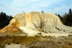 イエローストーン国立公園のマンモスカントリーのアッパーテラスのオレンジスプリングマウンドの写真素材 [FYI02739652]