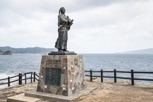 海に向かって手を合わせる坂本龍馬の像の写真素材 [FYI02739653]