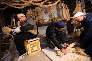 冬の農閑期にしめ縄作りする70~80代男性の写真素材 [FYI02739738]