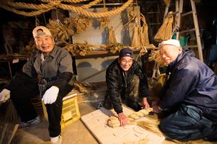 冬の農閑期にしめ縄作りする70~80代男性の写真素材 [FYI02739750]