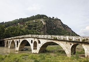 Gorica Bridge, Osumi river, Berat, Albaniaの写真素材 [FYI02739865]