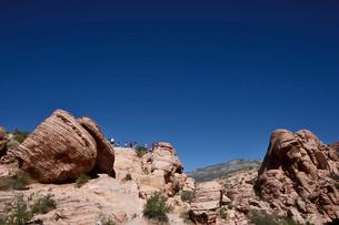 地層と色々な色の岩山が並ぶレッドロックキャニオン国立保護区の写真素材 [FYI02739869]