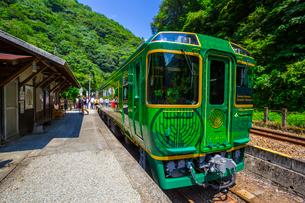 坪尻駅に停車する四国まんなか千年ものがたりの列車の写真素材 [FYI02739876]