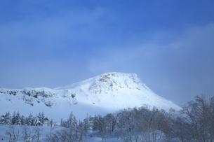 十勝岳温泉から望む十勝岳連峰三段山の写真素材 [FYI02739932]