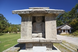 stone shrine with twin Buddha statues, Unjusa Templeの写真素材 [FYI02739990]