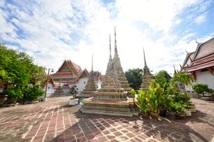 ワットポーの庭 小さい仏塔の写真素材 [FYI02740025]