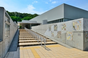 稲城市立中央図書館の写真素材 [FYI02740054]