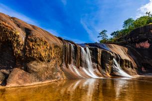 Tham Phra Waterfall, Bueng Kan, Thailandの写真素材 [FYI02740095]