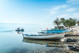 ボートが並ぶ湖畔風景の写真素材 [FYI02740132]