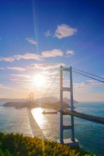糸山公園展望台から望む来島海峡大橋と朝日の写真素材 [FYI02740137]