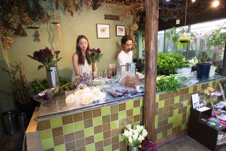 花屋で花をアレンジする夫婦の写真素材 [FYI02740161]