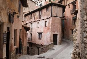 narrow street, houses, Albarracin, Aragon, Spainの写真素材 [FYI02740192]