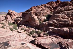 地層と色々な色の岩山が並ぶレッドロックキャニオン国立保護区の写真素材 [FYI02740194]