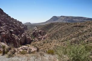 地層と色々な色の岩山が並ぶレッドロックキャニオン国立保護区の写真素材 [FYI02740197]