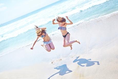 浜辺ではしゃぐ女性2人の写真素材 [FYI02740211]