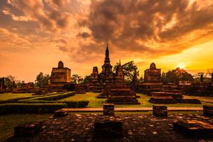 タイ  朝焼けのスコータイ歴史公園の写真素材 [FYI02740237]