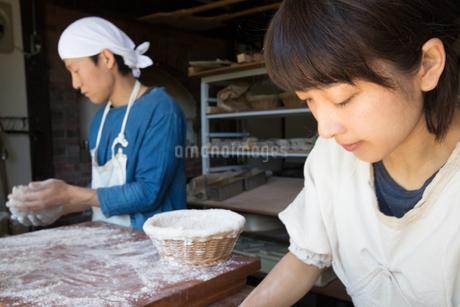 パンの生地を作る20代職人夫婦の写真素材 [FYI02740267]
