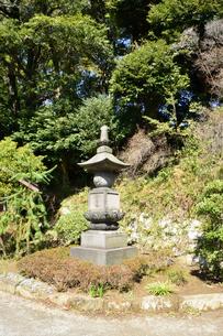 神武寺鷹取山ハイキングコースにある尊勝塔の写真素材 [FYI02740276]