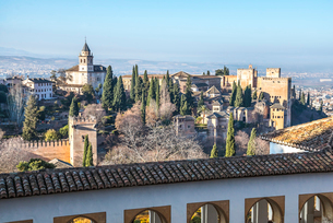 サンタマリア教会・カルロス5聖宮殿,アルカサバ越しに遠く街並を見る風景の写真素材 [FYI02740287]