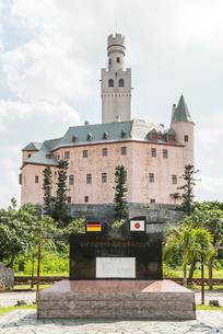 ドイツ首相来島記念碑越しに見る博愛記念館の写真素材 [FYI02740290]