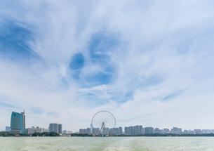 蠡湖越しに観覧車と無錫市街を望むの写真素材 [FYI02740299]