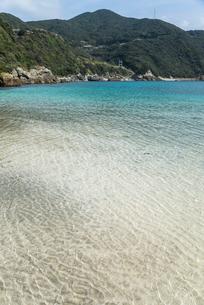 山並みを背景にした上五島の江袋の浜の写真素材 [FYI02740307]