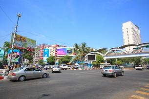 スーレーバゴダ通り ヤンゴンの写真素材 [FYI02740319]