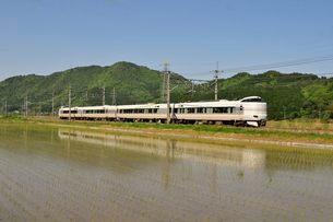 篠山 JR福知山線特急コウノトリ電車と田園風景の写真素材 [FYI02740367]
