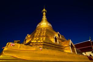 タイ  金色のパゴダの写真素材 [FYI02740380]