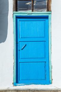 青色にペイントされた木製扉の写真素材 [FYI02740388]