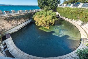 海沿いに見るアレトゥーザの泉の写真素材 [FYI02740420]