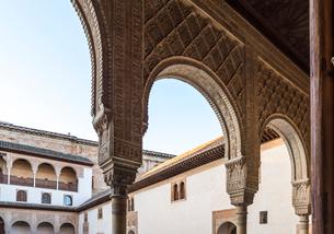 アルハンブラ宮殿の華麗な装飾アーチを見る風景の写真素材 [FYI02740430]