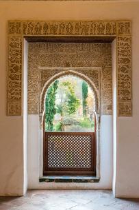 アルハンブラ宮殿アーチのバルコニーの写真素材 [FYI02740438]