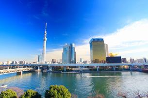 東京スカイツリーとアサヒビールタワーと隅田川とファスナーの船の写真素材 [FYI02740463]