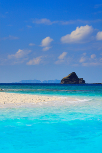 トロピカル色の海と嘉比島の砂州と深城の崎と渡名喜島の写真素材 [FYI02740466]