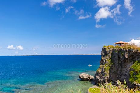 伊良部島、崖の上の「さばおき園地」の写真素材 [FYI02740475]