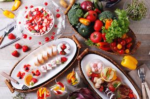 サラダとデザートビュッフェの集合イメージの写真素材 [FYI02740555]